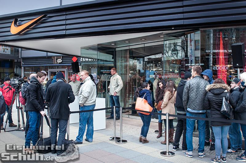 Eiswuerfelimschuh NIKE Store Berlin Opening Carl Lewis (02)