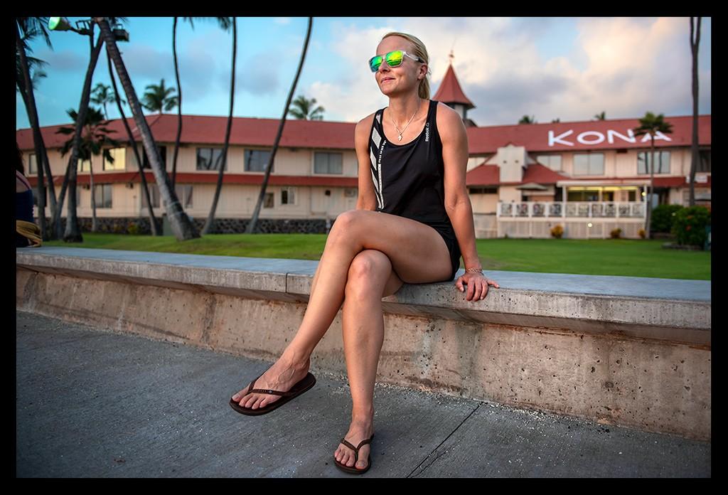 Big Island Kona Abendsonne Sunset Frau mit Sonnenbrille