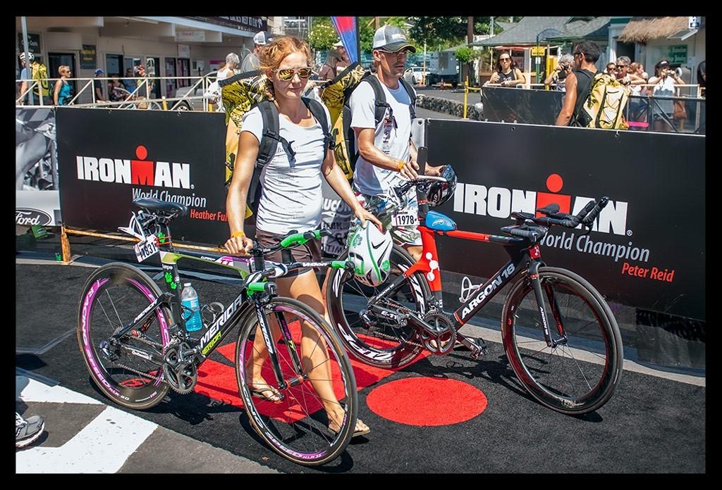 Triathleten in Kona beim Bike Check-In