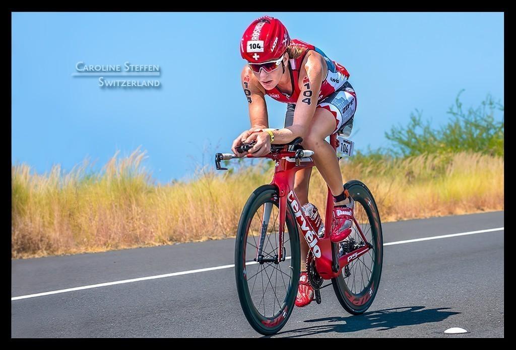 Ironman World Championship Caroline Steffen in Kona auf der Radstrecke auf der Landstraße