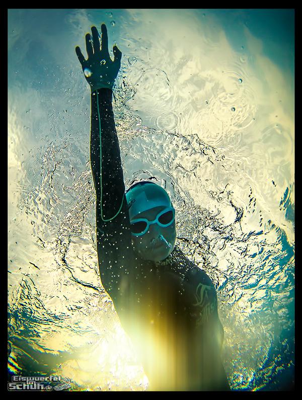 Schwimmerin Triathletin im Neoprenanzug unter Wasser