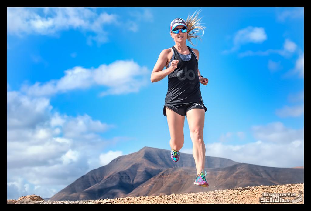 Läuferin auf den Kanarische Inseln mit Bergen im Hintergrund