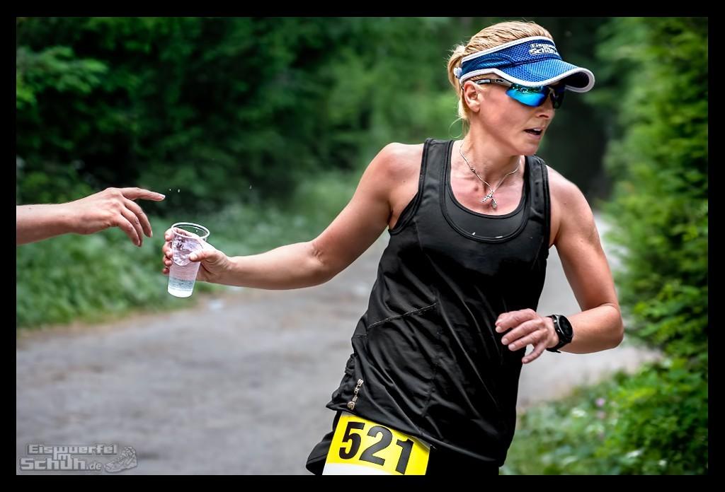 Läuferin beim Uferbahnlauf in Berlin im Wald an Wasserstation