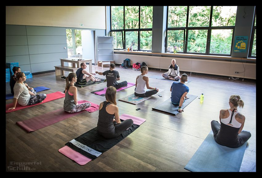 Yogastunde mit Eiswuerfel Im Schuh Nadin bei der Fitness Blogger Konferenz FiBloKo