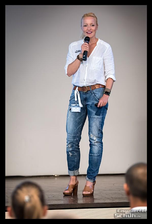 Eiswuerfel Im Schuh Nadin auf der Bühne der Fitness Blogger Konferenz FiBloKo