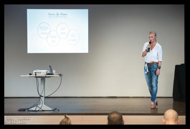 Nadin Eiswuerfel Im Schuh auf der Bühne der Fitness Blogger Konferenz FiBloKo