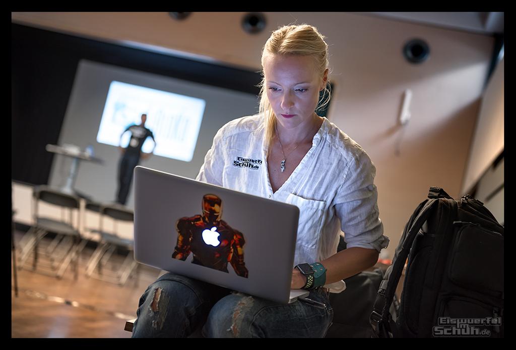 Triathlon und Sport Bloggerin Din von EiswuerfelImSchuh mit Apple Watch und MacBook Pro