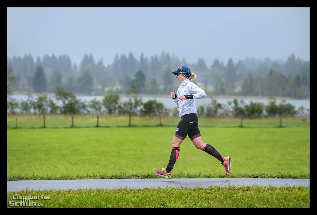 Challenge Kaiserwinkl-Walchsee Laufstrecke im Regen mit Triathletin in Regensachen
