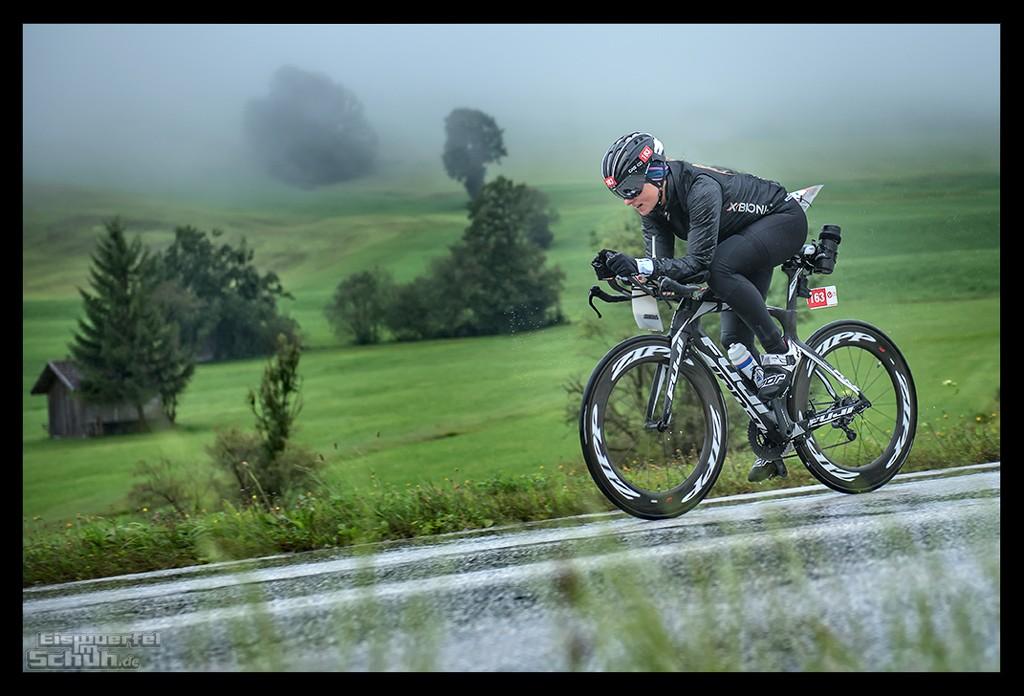 Challenge Kaiserwinkl-Walchsee Radstrecke im Regen mit Triathletin auf Zeitfahrrad