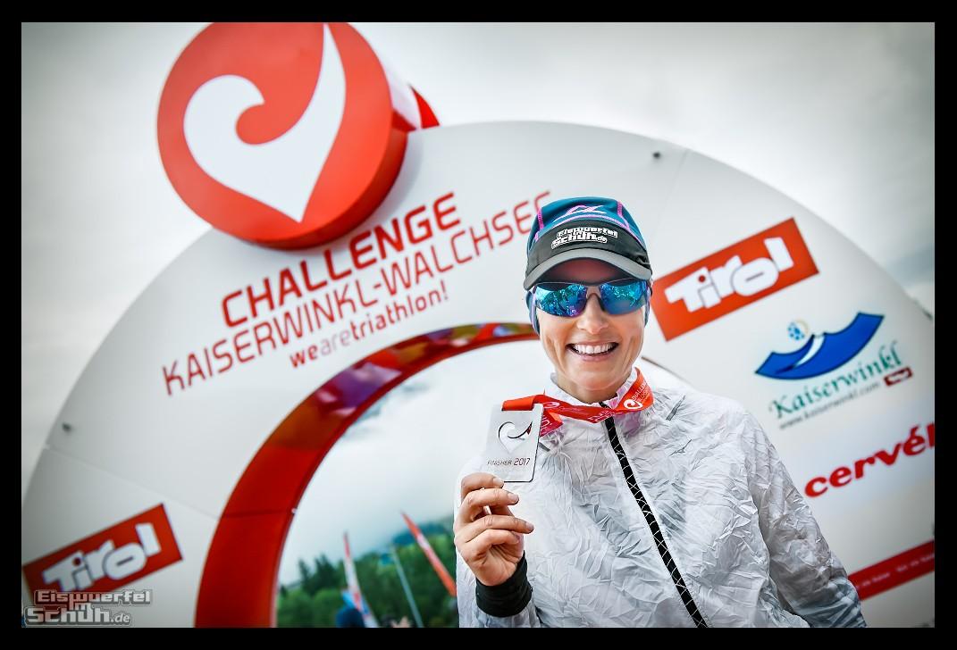 Challenge Kaiserwinkl-Walchsee Ziel im Regen mit Triathletin