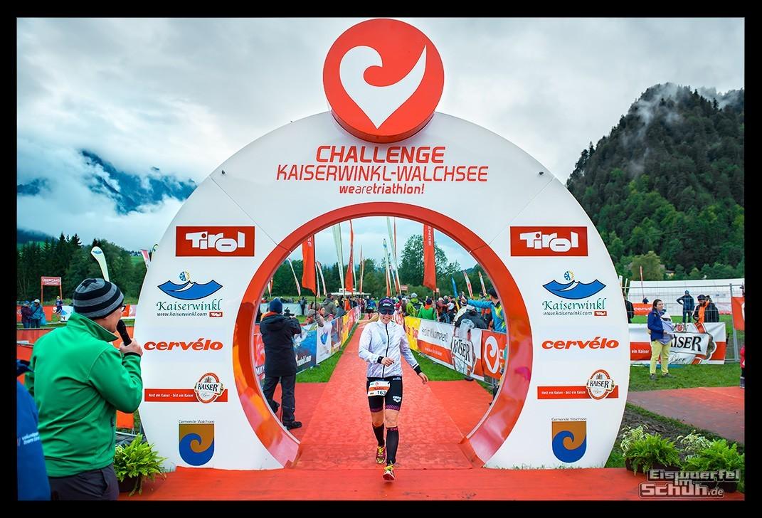 Challenge Kaiserwinkl-Walchsee Zieleinlauf im Regen mit Triathletin