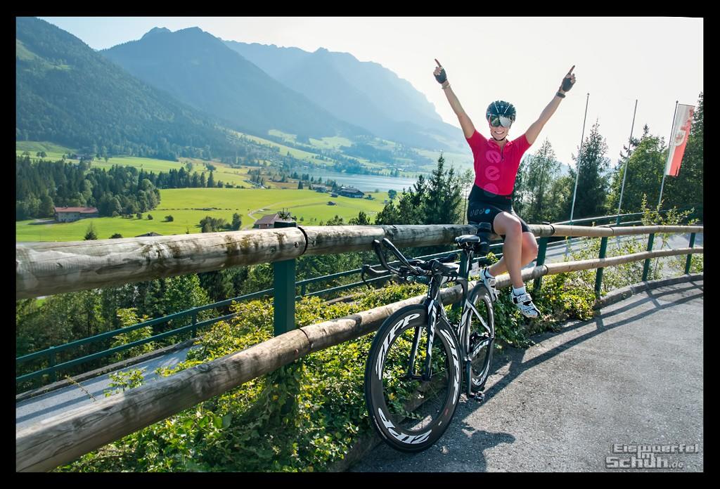 Radsportlerin vor Kaisergebirge mit Panoramablick