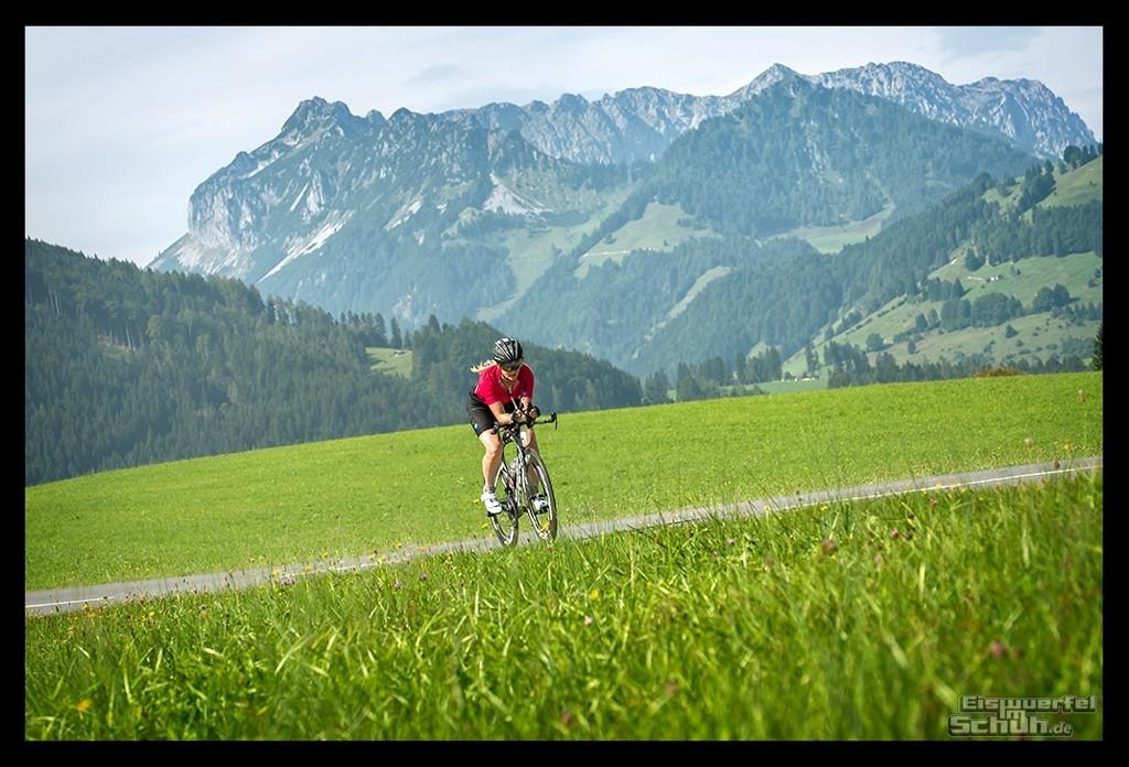 Radsporturlaub im Kaiserwinkl Radsportlerin vor Kaisergebirge