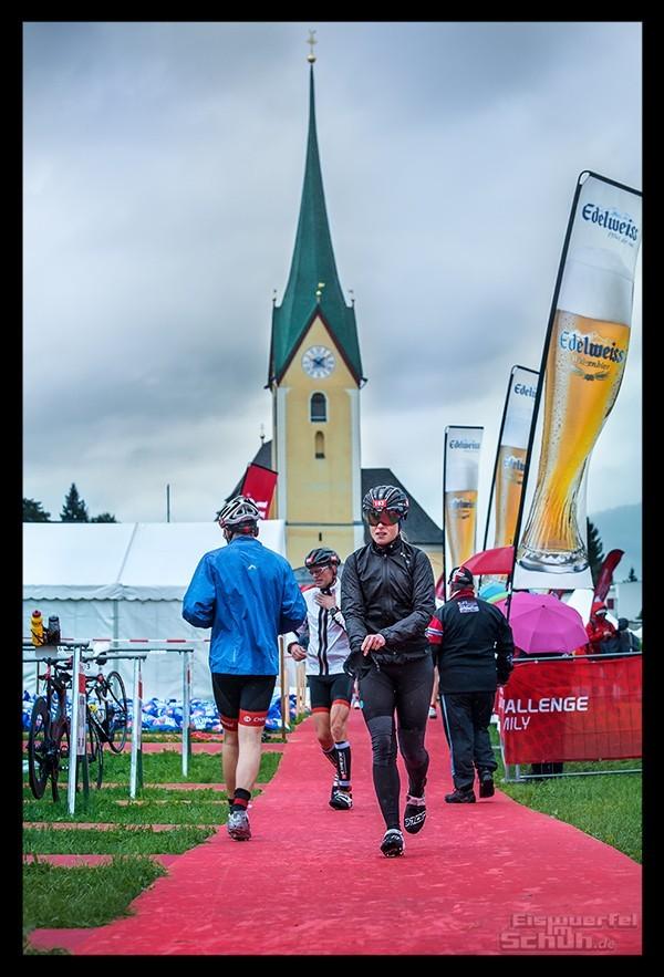 Challenge Kaiserwinkl-Walchsee Radstrecke Wechselzone Triathletin im Regen