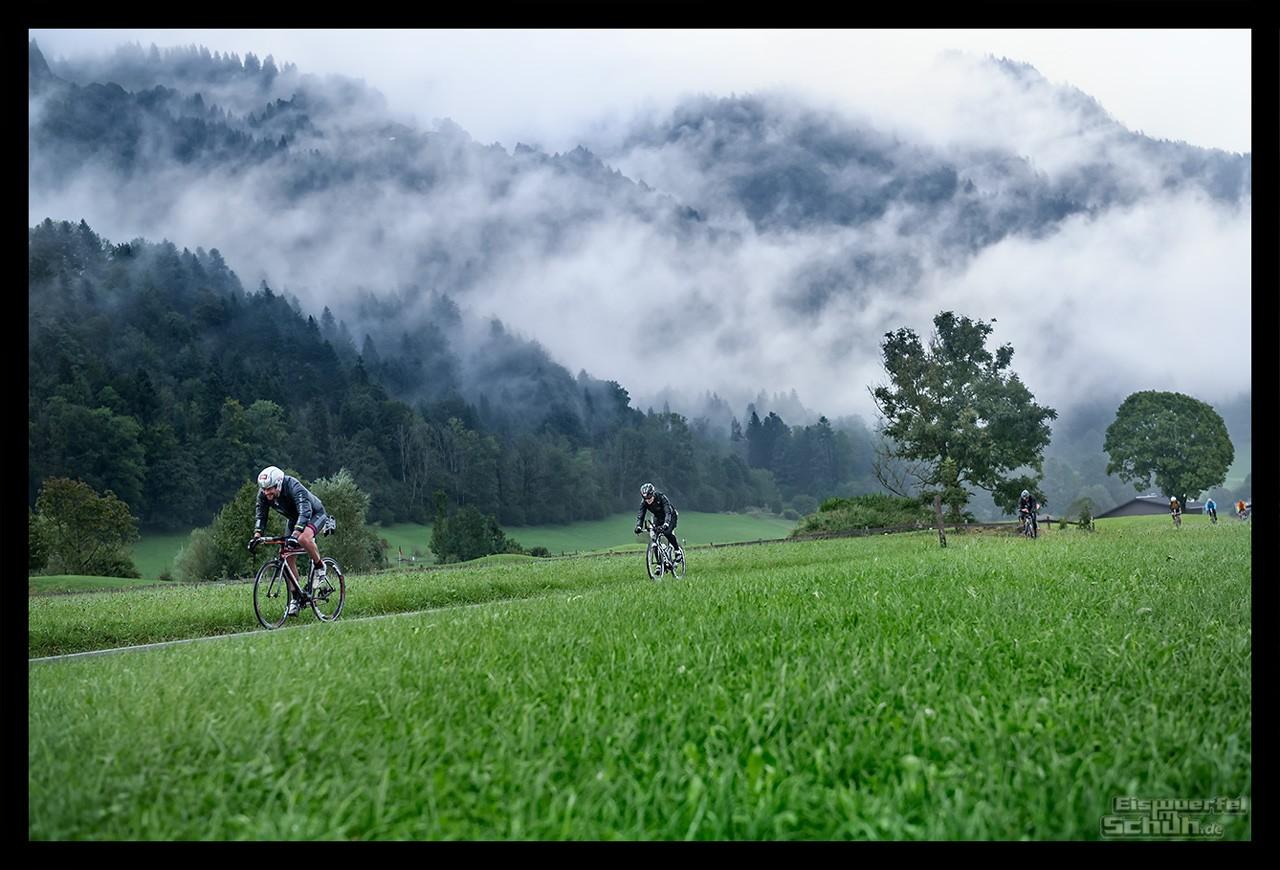 Challenge Kaiserwinkl-Walchsee Radstrecke Triathletin auf Zeitfahrrad im Regen in Tirol