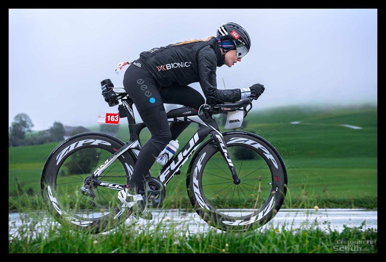 Challenge Kaiserwinkl-Walchsee Radstrecke Triathletin auf Zeitfahrrad im Regen