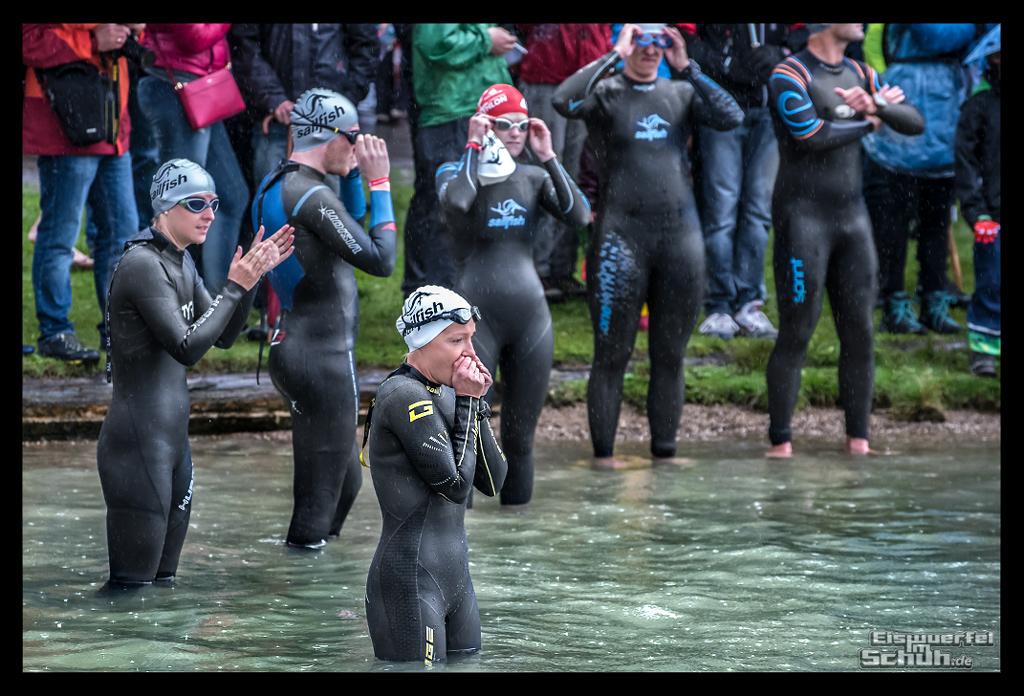 Challenge Kaiserwinkl-Walchsee Strand Triathletin im Wasser im Regen