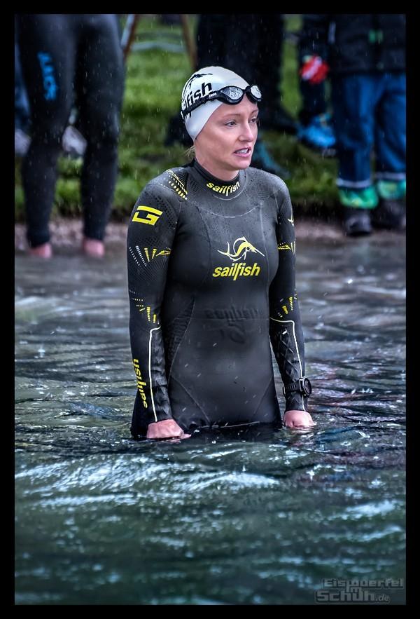 Challenge Kaiserwinkl-Walchsee Strand Triathletin im Wasser