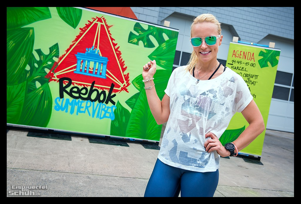 Yoga und Cross Fit Reebok Summer Vibes Athletin mit Garmin Sportuhr vor Graffiti