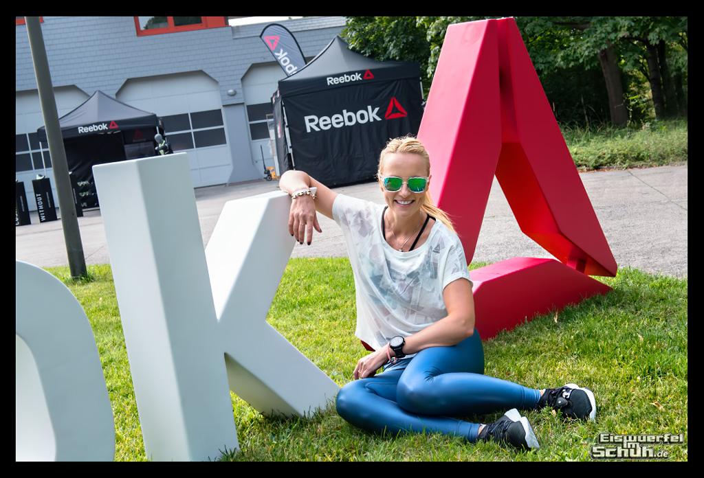 Yoga und Cross Fit Reebok Summer Vibes Athletin mit Garmin Sportuhr