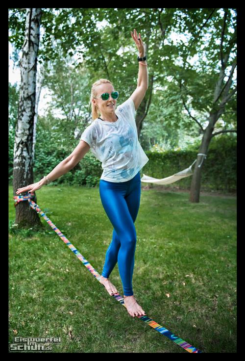 Reebok Summer Vibes Athletin mit Garmin Sportuhr auf Slackline