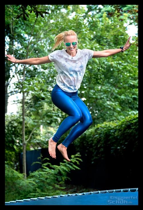 Reebok Summer Vibes Athletin mit Garmin Sportuhr auf Trampolin