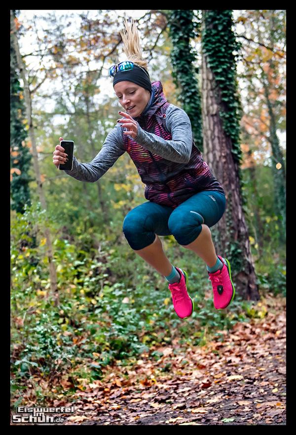 Triathletin beim Lauftraining und Lauf-ABC im Wald
