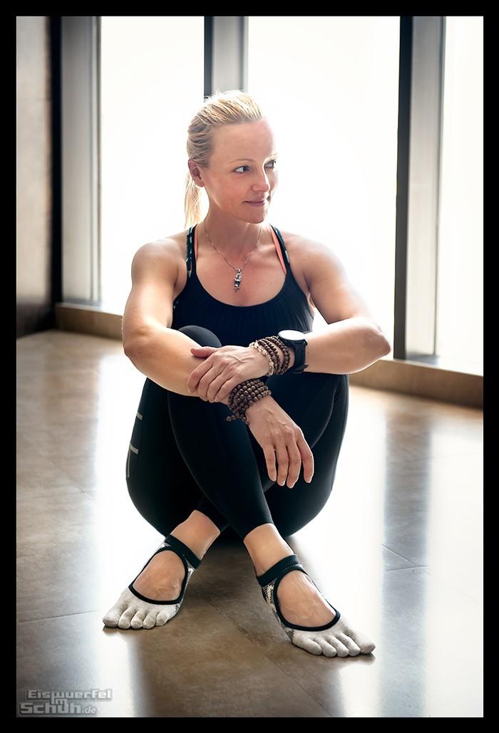 Yogini beim Yin Yoga mit Toesox