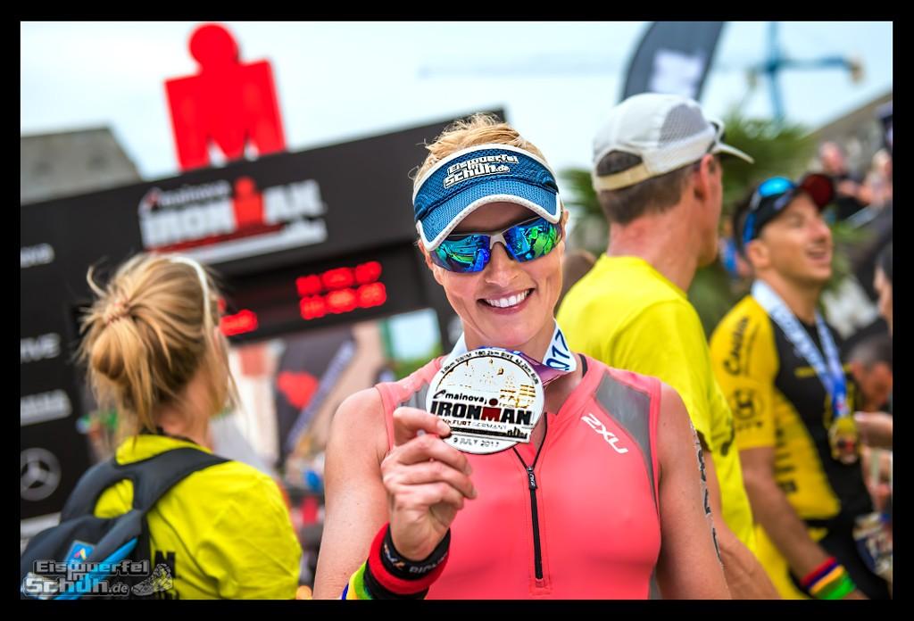 Triathletin EiswuerfelImSchuh im Ziel mit Medaille beim Frankfurt Ironman