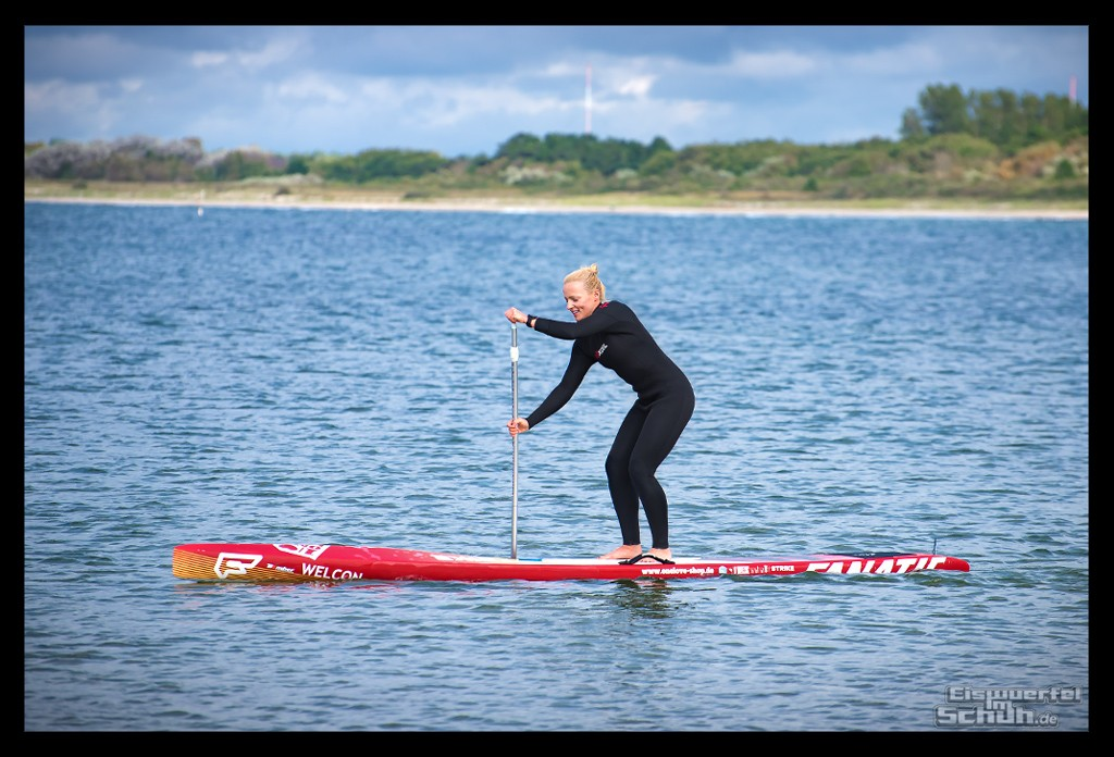 Stand Up Paddling Athletin auf Board