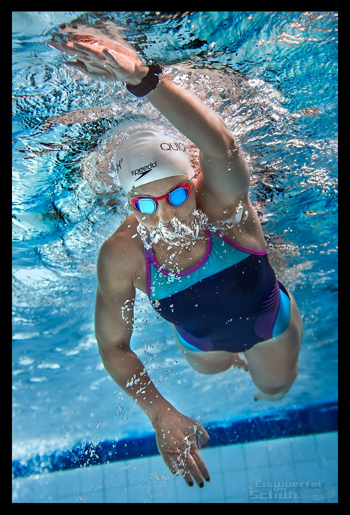 Triathletin EiswuerfelImSchuh unter Wasser beim Schwimmtraining
