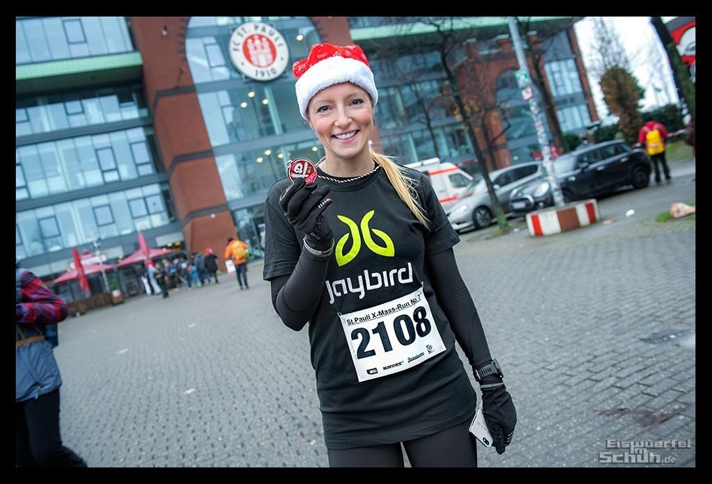 Läuferin mit Medaille beim St Pauli X-Mass Run
