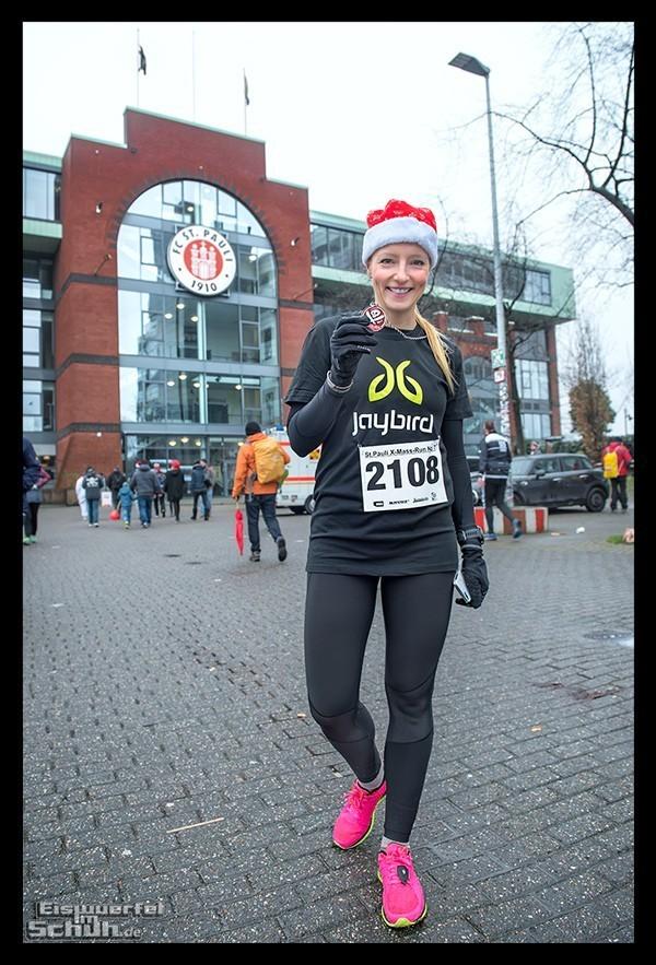 St Pauli X-Mass-Run Läuferin in Hamburg vor dem Millerntor Stadion