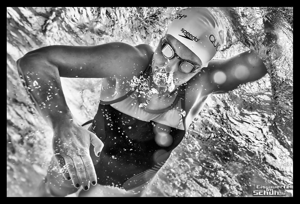 Schwimmerin unter Wasser beim Triathlon Training EiswuerfelImschuh Blog