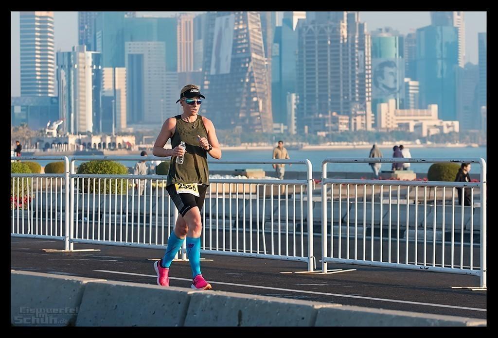 Doha Marathon Läuferin vor Skyline