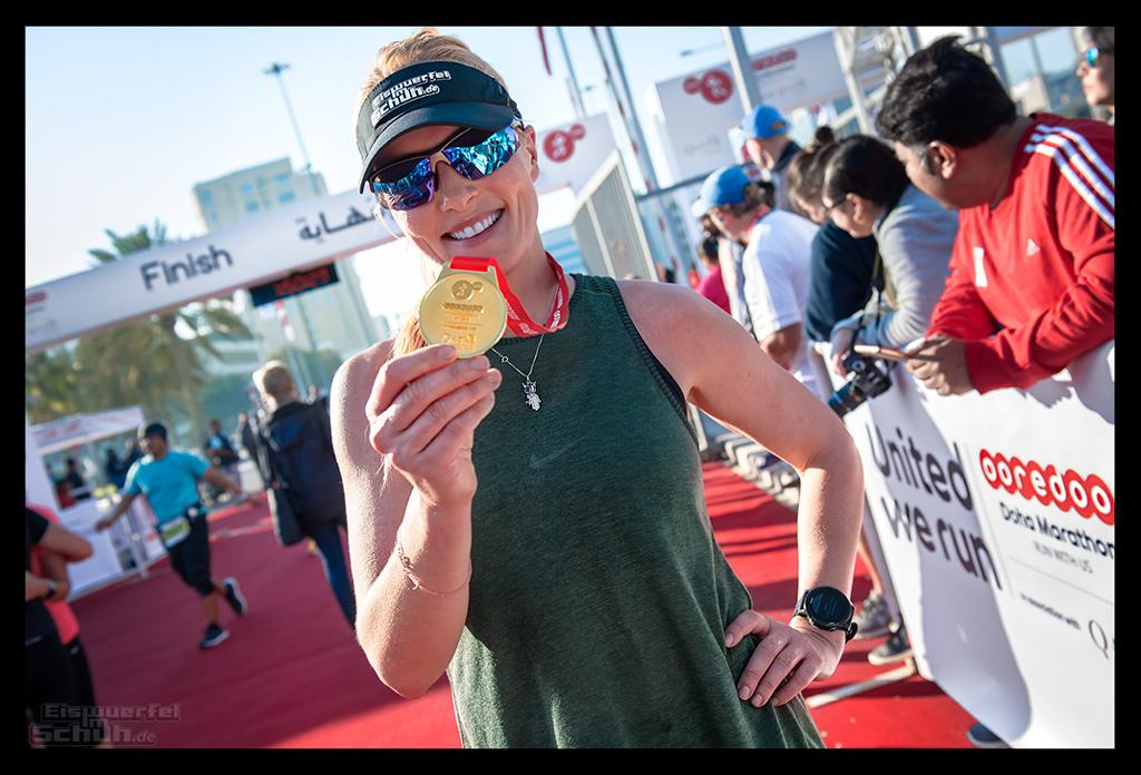 Doha Marathon Skyline Läuferin Runner im Ziel