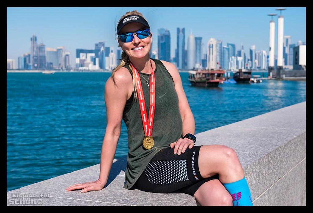 Doha Marathon Finisher Halbmarathon Läuferin vor Skyline