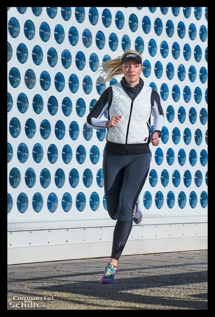 Läuferin mit kabellosen Jaybird RUN Kopfhörern in Berlin
