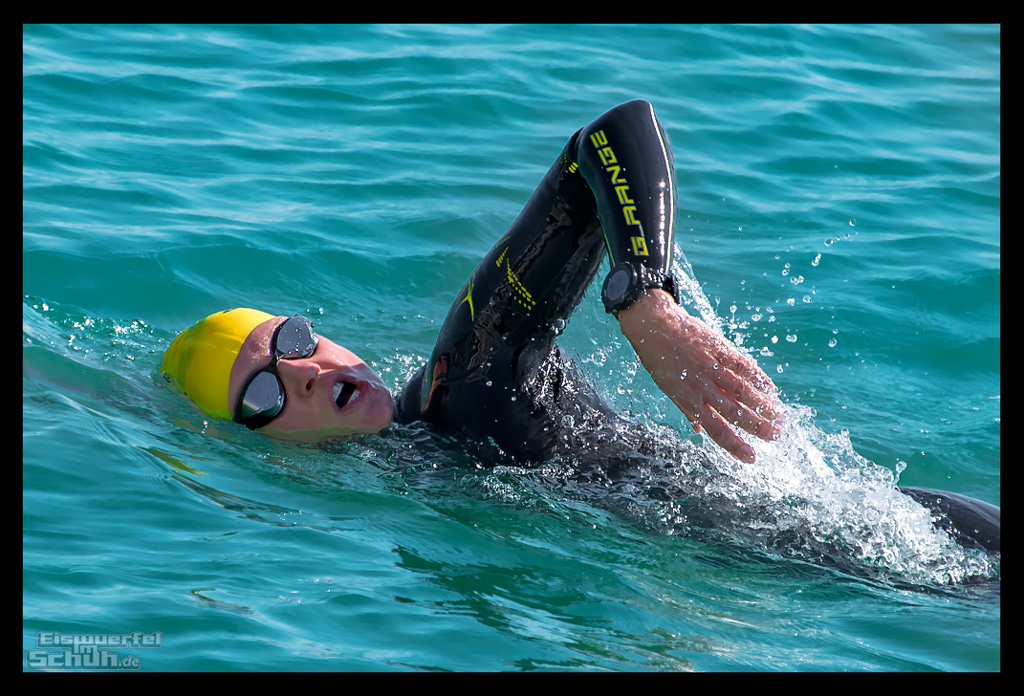 Schwimmtraining Triathletin im Wasser mit Sailfish Neoprenanzug mit Garmin Forerunner 935