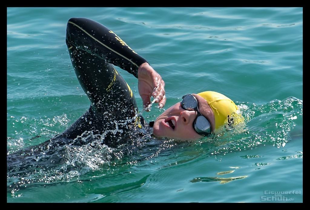 Schwimmtraining Triathletin im Wasser mit Sailfish Neoprenanzug Arena Cobra Tri