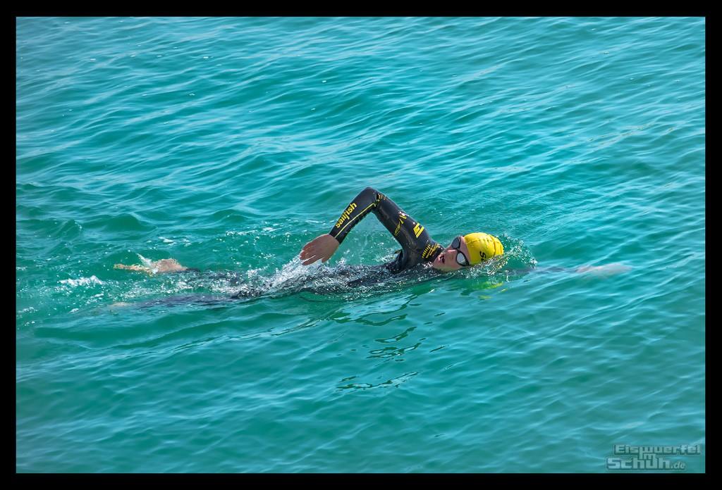 Schwimmtraining Triathletin im Wasser mit Sailfish Neoprenanzug