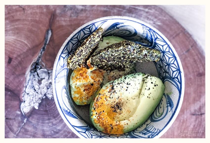 Leinsamen-Kräcker Rezept mit Avocado serviert
