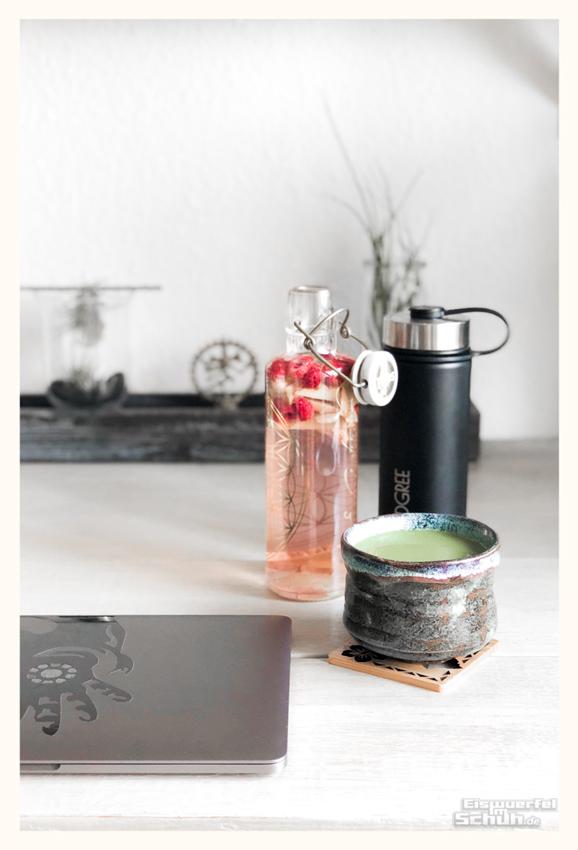 Schreibtisch mit Soulbottle, 720 Dgree Thermosflasche und Matcha Latte
