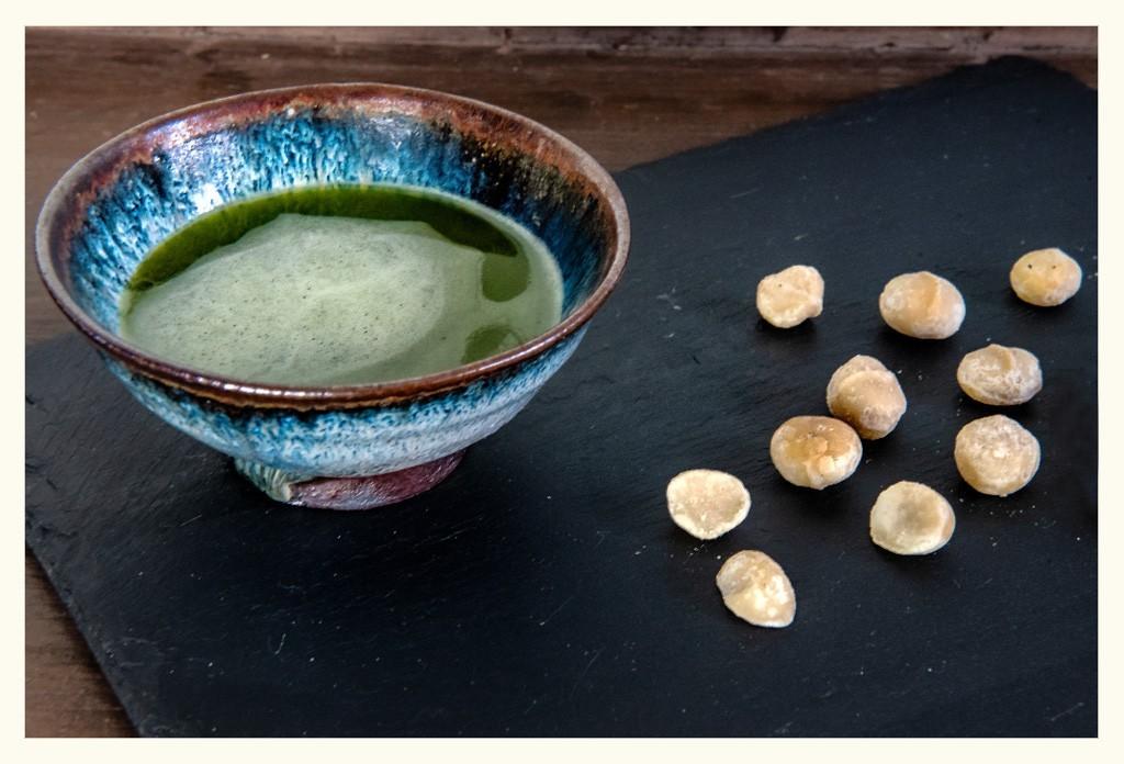Perfektes Superfood Schale Matcha und Macadamia Nüsse