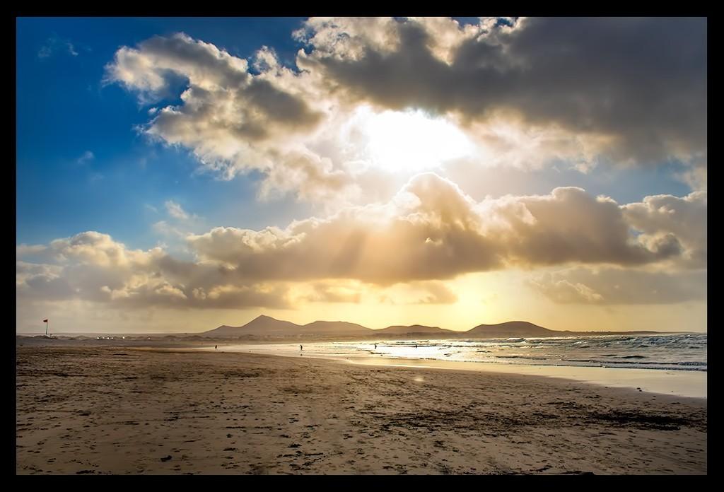 Surfen auf Lanzarote mit Sonnenuntergang am Strand