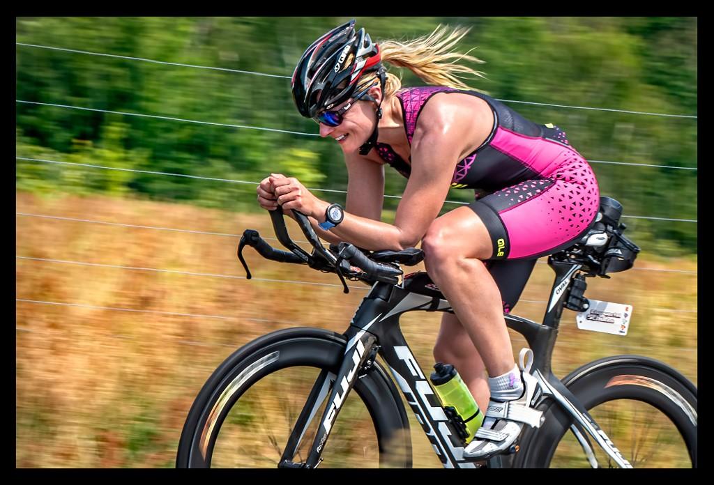 Triathlon Radtraining Koppeleinheit Triathletin vor blauem Himmel