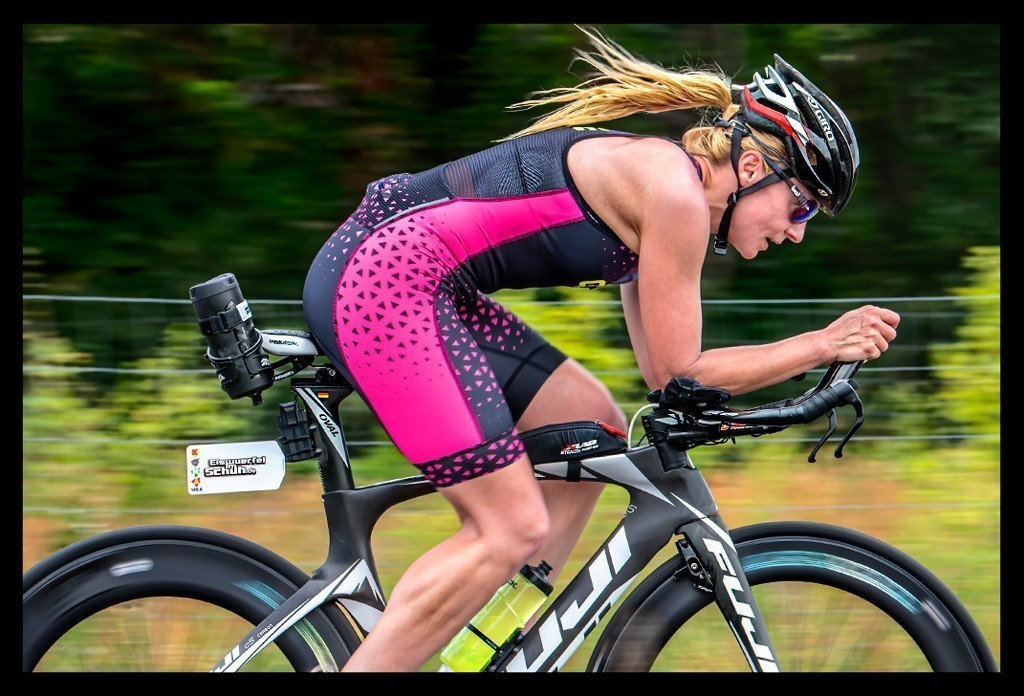 Triathlon Radtraining auf Zeitfahrrad Landstraße