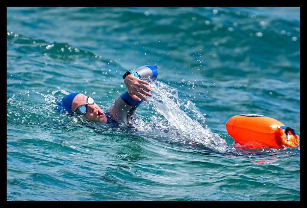 Triathletin beim Schwimmtraining in Chicago mit arena Neoprenanzug und Rettungsboje und Garmin Forerunner 945