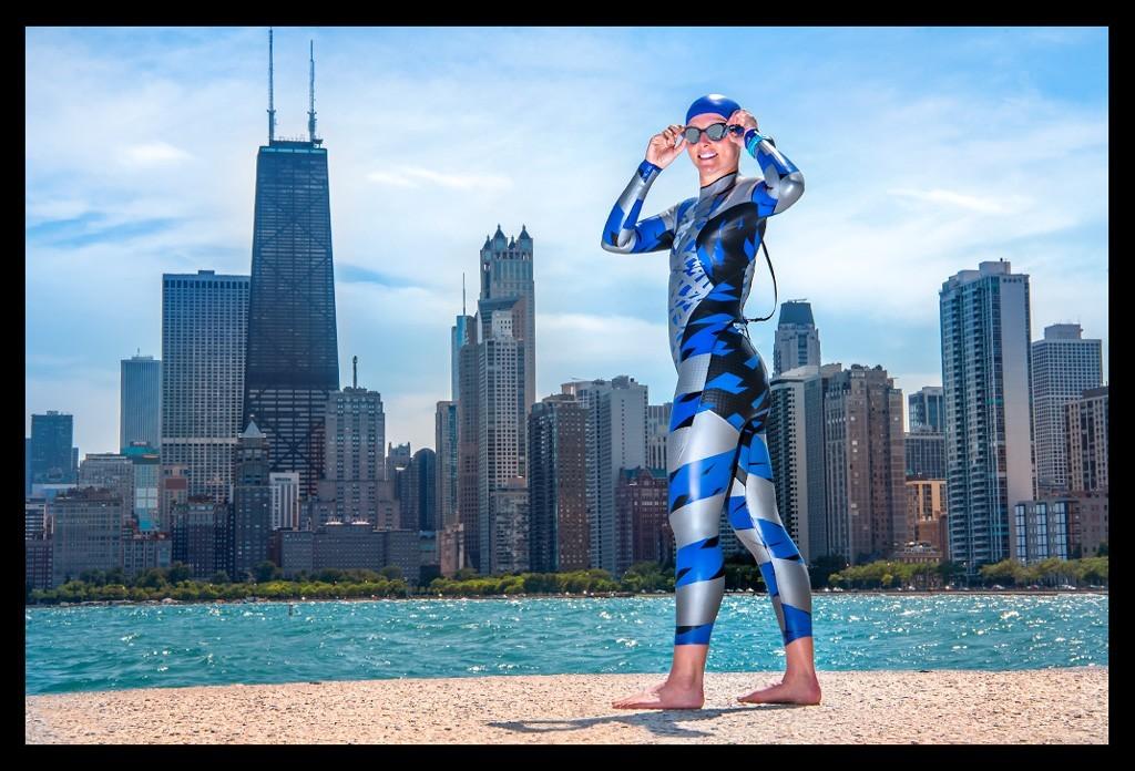 Triathletin vor Chicago Skyline vom Concrete Beach aus mit Lake Michigan