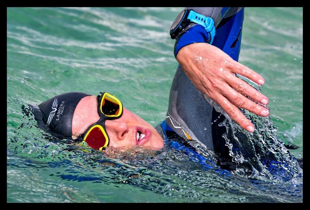 Triathletin beim Freiwasserschwimmen